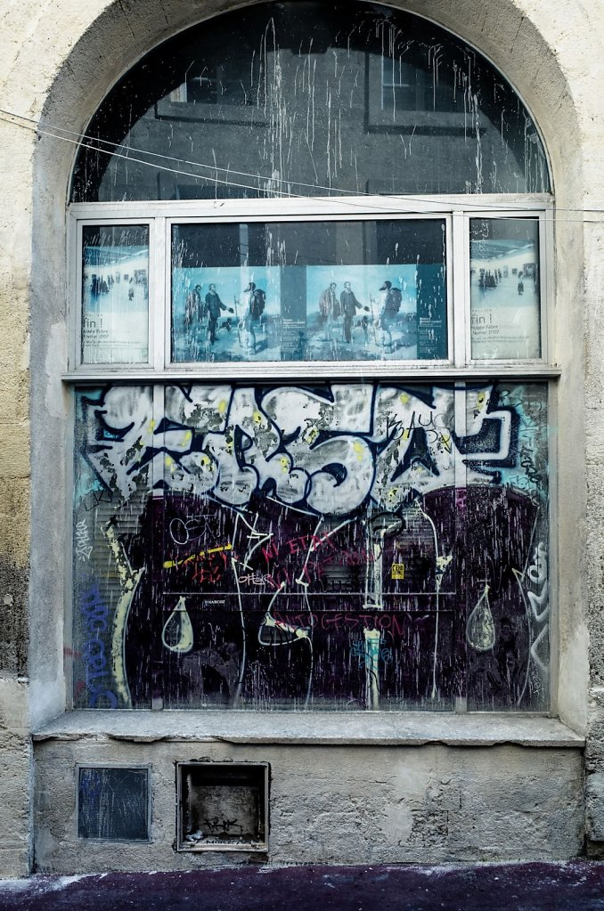 Grafitti on window, Montpellier