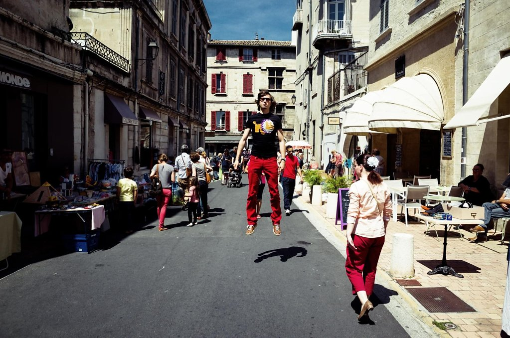 Floating in the middle of a vide-grenier, Avignon
