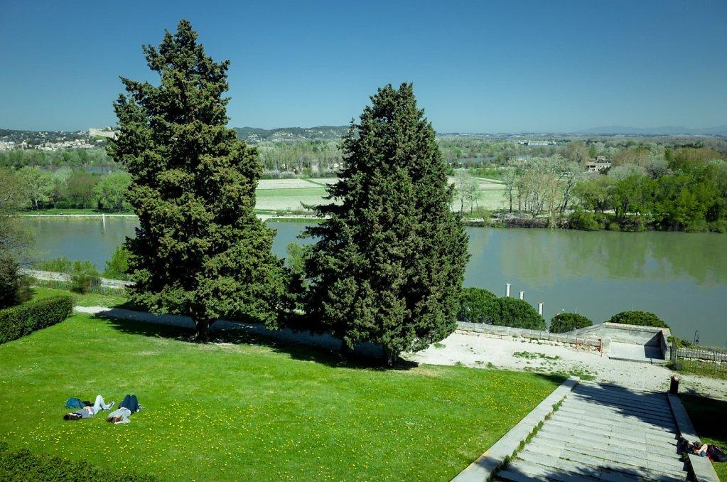 Relaxation devant le Rhone, Avignon
