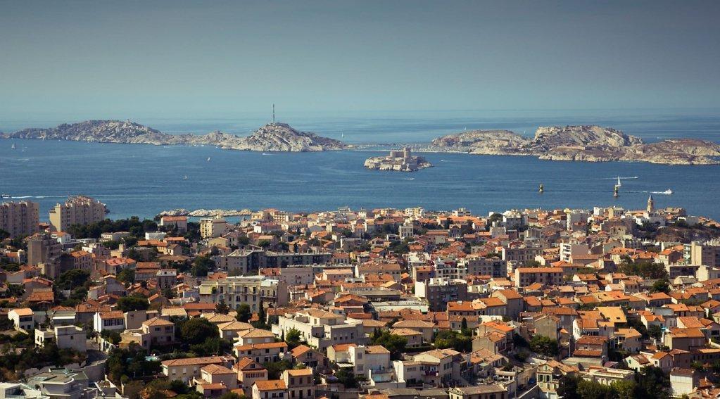 Les toits de Marseille et la mer